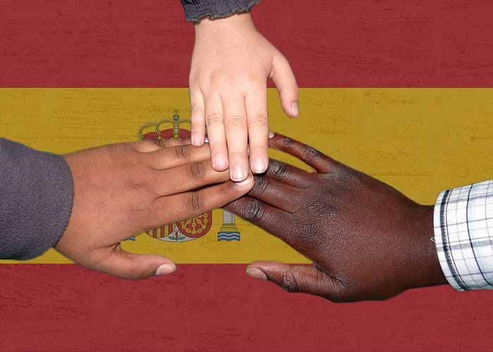 Para obtener el permiso de residencia por arraigo social es necesario acreditar la permanencia continuada en España durante un período mínimo de 3 años