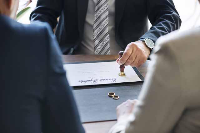 El divorcio se puede tramitar ante Notario presentando un convenio regulador